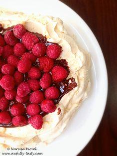 pavlova – Awfully Tasty Pavlova, Meringue Desserts, Chocolate Sweets, Something Sweet, Delicious Desserts, Tasty, Food, Essen, Meals