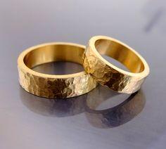 Metal szlachetny: żółte złoto Próba: 0,585 (14k) Masa obrączek: około 12-15 g (w zależności od rozmiarów) Szerokość: ok. 5,5 mm  Grubość obrączek: około 1,5 mm Rozmiary: dowolne  Przybliżony termin realizacji: 8 dni roboczych  Przy zamówieniu proszę w wiadomości podać rozmiary.