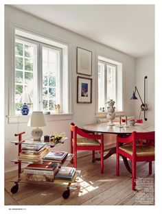 Wouldn't you love to spend your Sunday here? In our November issue we had the pleasure of visiting the home of who has an… Home Living, Living Spaces, Living Room, Home Interior, Interior Decorating, Red Interior Design, Style At Home, Cosy Home, Romantic Home Decor
