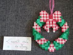 a Christmas wreath in pearls hama (pixel art) for the front door the top of the tree or fireplace Hama Beads Design, Diy Perler Beads, Perler Bead Art, Pearler Beads, Fuse Beads, Melty Bead Patterns, Hama Beads Patterns, Beading Patterns, Christmas Tree Decorations To Make
