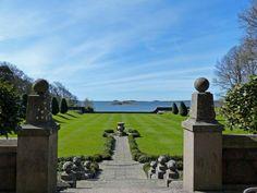 Blick zum Wasser von Schloss Tjolöholm in Schweden: Inspiration für den Bau und den Garten fand der Architekt in der Arts-and-Crafts-Bewegung.