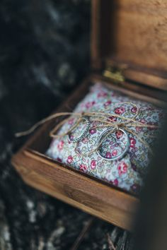 Reego Photographie - Un mariage pres de Cannes - France - La mariee aux pieds nu. Wedding Ring Box, Diy Wedding, Wedding Day, Rustic Wood Crafts, Ring Bearer Pillows, Wedding Linens, Design Seeds, Titanium Rings, Wood Rings