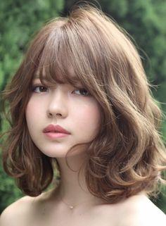 Pin by Sunny Wang on Hair style ideas Korean Hair Color, Korean Short Hair, Short Curly Hair, Wavy Hair, Medium Hair Cuts, Medium Hair Styles, Curly Hair Styles, Mascara Hacks, Hd Make Up