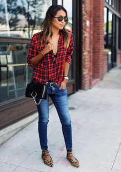 50 Jeans Outfits to Copy This Fall - Blogger Sincerely Jules wearing skinny jeans with a plaid shirt and gladiator sandals