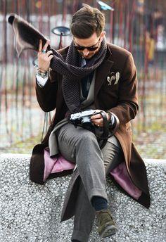 Los trajes de chaqueta, los estampados a cuadros y mocasines se acompañan de profundas barbas, gorros y foulares en 2014. Te recomendamos las mejores gafas de sol para dar un plus a este estilo.