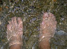 Comment en Finir avec l'Insomnie grâce à l'Eau Froide.Remplissez une bassine d'eau froide, installez-vous sur une chaise et trempez vos pieds dans la bassine, ceci jusqu'à mi-mollets. Laissez-les y 30 secondes environpour combattre le froid des extrémités, le cerveau dirige le sang vers les pieds, ce qui libère et allège la tête, d'où un endormissement plus facile.faites-le au moins 3 fois par semaine pour que ça marche. Vous allez voir, c'est bluffant !