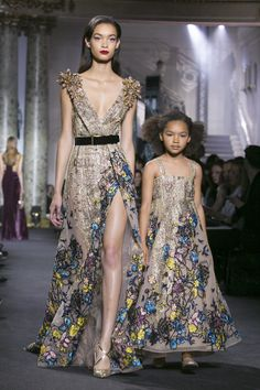 Elie Saab Haute Couture Collection in Paris Fashion Week Fall / Winter 2017 Couture Fashion, Runway Fashion, Fashion News, Fashion Show, Fashion Outfits, Paris Fashion, Fashion Brands, Elie Saab Spring, Elie Saab Couture