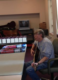 Stephen King showing yet another talent at his Kansas City book signing for Revival 13/11