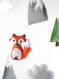 Fox, Trees and Mountain Toys Made of Felt - Sewing Pattern via Makerist.com #sewingwithmakerist #sew #sewing #sewkindofwonderful #sewingpattern #sewinginspiration #diy #handmade #homemade #sewingprojects #sewingtutorial #fox #animal #tree #mountain #felt #stuffedtoy