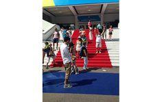 #canneslions - O poder do red carpet atrai os turistas, veja essa foto - Blue Bus