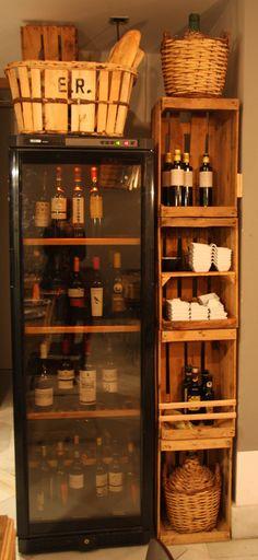 Palés, cajas de vino y cajas de madera recicladas decoran los rincones de nuestro restaurante