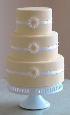 ideia de bolo SIMPLES E BARATA Simple daisy cake. instead of white ribbon, maybe blue