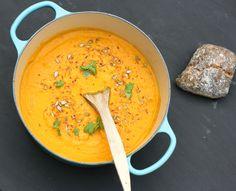 Detta är så gott! En riktigt krämig soppa, som serveras med en mix på rostade solroskärnor och kokosflingor. Kokos- och morotssoppa 4 portioner Kostnad: 8 kr/portion Vego: Ja! Soppan är vegansk. Ti… Easy Healthy Recipes, Raw Food Recipes, Veggie Recipes, Soup Recipes, Vegetarian Recipes, Healthy Food, Veggie Food, Recipies, Yellow Foods
