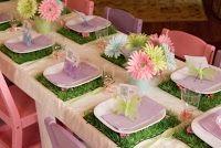 Decoración de mesa con flores y mariposas.