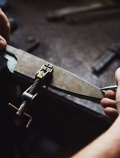 Fabricación artesanal de un cuchillo Kitchen Knives, Knifes, Weapons Guns, Welding Tools, Knife Making, Kitchen Items, Concrete Slab, Knives