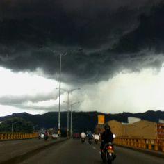 Parece un tornado pero no, es solo la nube que precede a un fuerte aguacero. Medellín - Colombia