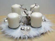 Adventní svícen s jelínkem Svícen s bílou kožešinkou a krásným mírně glitrovaným jelínkem jsem přizdobila břízovými hvězdičkami a baněčkami.Krásná nadčasová vánoční dekorace. Ke svícnu jsem vyrobila též věnec..viz nabídka.