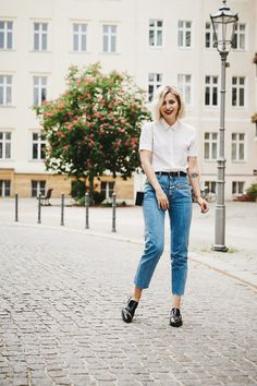 Parisienne Style | view more pictures and details on my blog | wearing mom jeans from Closed, a white blouse from Sandro, a lego clutch