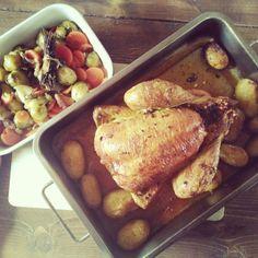 """Poulet au four et délice de Bruxelles. Dans un bol mettre 1 cuillère à soupe d huile d olive, des dés d ail, du thym, du romarin, du gros sel et du poivre. Badigeonner le poulet et enfourner 60 min à 210° en chaleur tournante. Toutes les 20 min arroser d un verre d eau. A mi cuisson ajouter quelques pommes de terre. A la cookeo faire dorer 1 oignon, des rondelles de carotte, des champignons de Paris, des lardons et des choux. """"Cuire sous pression avec 1 bouillon de légumes pendant 10min."""