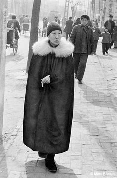 Pékin, 1957. J'ai remonté la rue Wangfujing plus souvent que les Champs-Elysées. En 1957, cette rue était fréquentée par les vélopousses et quelques piétons en bleus de travail. Et pourtant, j'y ai fait cette rencontre peu ordinaire : une cape noire couronnée d'un renard blanc et d'un regard hautain sur la foule environnante.