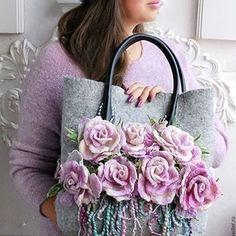 Afbeeldingsresultaat voor How to make this Crochet Felted Flower Bag Pattern Tutorial. Fabric Bags, Felt Fabric, Felt Purse, Embroidery Bags, Unique Purses, Denim Bag, Vintage Purses, Beautiful Bags, Handmade Bags
