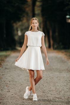 Den smukke Ingrid kjole er en af vores absolutte favoritter. Kjolen er enkel og klassisk med et sporty look og har fine detaljer ved ærmer og talje. Kjolen er en del af Fuhrmanns 2021 kollektionen. Kjolen, White Dress, Dresses, Fashion, Vestidos, Moda, Fashion Styles, Dress, Fashion Illustrations