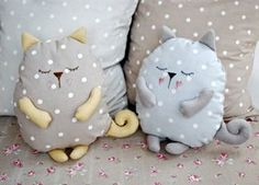 Coussin chat faisant la sieste sleeping stuffed cat pillows toy (inspiration, no pattern, cute designs for pillows, best 20 cat pillow ideas no signup Sewing Toys, Sewing Crafts, Sewing Projects, Sewing Pillows, Diy Pillows, Cushions, Fabric Toys, Fabric Crafts, Cat Pillow