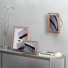 Kovový fotorámeček inspirovaný řezem diamantů. Lze ho namontovat na zeď nebo použít jako stolní dekoraci. Vhodné pro fotografie o velikosti 10 x 10 cm. Velikost: 15,5 х 7,5 х 15,5 cm.