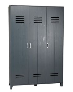 Stoere locker kast met 3 deuren en 8 legplanken. Materiaal is grenen, grijs gelakt. € 317,50