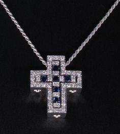 Collana Damiani croce Belle Epoque in oro bianco 18kt con zaffiri e diamanti proveniente dalla collezione Belle Epoque. Prezzo scontato da outlet - orolive