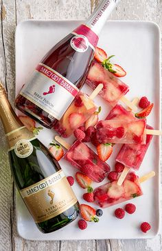 Champagne Popsicles: 21 Surprising Ways to Serve Champagne at Your Bridal Shower via Brit + Co Everything but champagne cocktails. Champagne Popsicles, Alcoholic Popsicles, Fruit Popsicles, Sangria, Hot Desserts, Plated Desserts, Mantecaditos, Sorbets, Popsicle Recipes