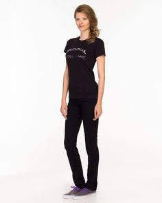 ANYA die neue Highwaist Jeans von CROSS Jeans aus edlem Denim. Gerade geschnittene 5 Pocket Jeans mit perfekter Passform durch Stretch-Denim und eine höhere Leibhöhe. Typische feminine CROSS Jeans Details wie z.B. kontrast farbene Nähte, kleines modisches Logo Patch rückseitig am Bund, perfekt positionierte Gesäßtaschen, Bundknopf mit Logoprägung. Die perfekte Jeans für den ganzen Tag, ob zu Hi...