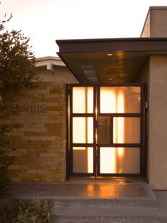 A mid-century house was amazingly remodeled into Atomic Ranch by Laidlaw Schultz Architects. The result is a bright and modern retreat in juicy colors. Mid Century Ranch, Mid Century House, Modern Exterior, Exterior Design, Ranch Exterior, Mid Century Exterior, Ranch Remodel, Entry Gates, Yard Gates