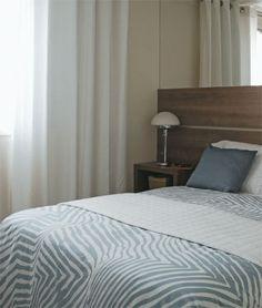 No quarto do casal, a parede atrás da cama recebeu um espelho (Vidroshow, R$...