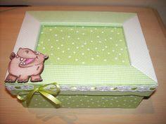 Caixa-porta retrato para lembranças da primeira infância do bebê. Na tampa ao centro espaço para a foto do bebê.