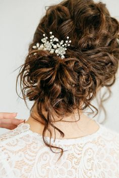 To have beautiful curls in good shape, your hair must be well hydrated to keep all their punch. You want to know the implacable theorem and the secret of the gods: Naturally curly hair is necessarily very well hydrated. Curly Bridal Hair, Bridal Hair Pins, Wedding Hair And Makeup, Wedding Hair Accessories, Wedding Hairstyles For Curly Hair, Curly Wedding Updo, Wedding Veils, Bridal Headpieces, Wedding Jewelry