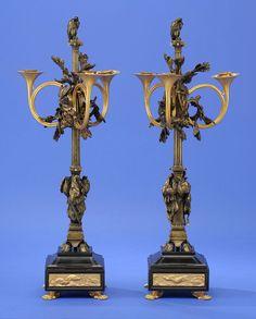 Ein Paar Girandolen mit jagdlichen Motiven Ende 19. Jhdt. Dreiflammig. Bronze patiniert und vergol — Skulpturen, Möbel, Kunsthandwerk