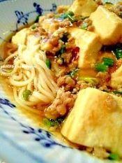 楽天が運営する楽天レシピ。ユーザーさんが投稿した「テレビで紹介されました★冷・熱!麻婆豆腐麺!!」のレシピページです。辛めにしたい場合は豆板醤を小さじ2にして下さい。テンメンジャンもお好みで調整して下さい。麻婆豆腐は3人分位あります。。麻婆豆腐麺。絹ごし豆腐,豚挽肉,こねぎ,鳥ガラスープ(お湯で溶いたもの),豆板醤,テンメンジャン,オイスターソース,片栗粉(大さじ2の水で溶く),生姜(摩り下ろし、チューブで可),●冷麦