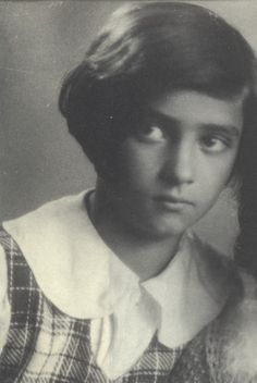 Chana ROZE was born on January 10, 1926 in Kielce, Poland. Prior to her deportation she lived at 46 rue Amelot, Paris. Chana was deported with her parents, Wigdor and Estera, on convoy 15 on August 5, 1942. Her sister Myriam was deported on August 21, 1942