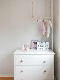 DIY klesoppheng til barnerommet. Lag, Table, Furniture, Home Decor, Decoration Home, Room Decor, Tables, Home Furnishings, Home Interior Design
