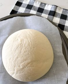 This Easy Homemade Pizza Dough Recipe is made in 10 min! All you need is a few simple ingredients and stand mixer. The best pizza dough recipe ever! Pizza Dough Recipe Quick, Quick Pizza, Good Pizza, How To Make Pizza, Sauce Pizza, Making Homemade Pizza, Homemade Breads, Skinny Taste, Pasta