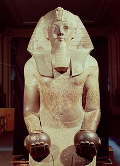 Hatshepsut(Maatkare) is depicted in a fake beard and with objects that a Pharaoh is usually depicted with, and in male attire, after a few years of ruling in female form Egyptian Mythology, Egyptian Symbols, Egyptian Art, Egyptian Hieroglyphs, Egyptian Tattoo, Egyptian Goddess, Ancient Art, Ancient History, Art History