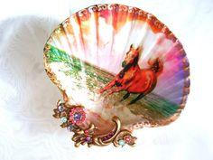 Cheval sur le plat de bijoux de grand coquillage de plage