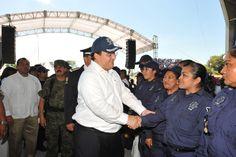 """El Gobernador de Veracruz, Javier Duarte de Ochoa, asistió a la Ceremonia del Día del Policía Veracruzano, que se llevó a cabo el 23 de abril de 2012 en el Parque Temático """"Takilhsukut"""" en el municipio de Papantla, donde reconoció la importante labor que realizan los policías para brindar seguridad y tranquilidad a las familias veracruzanas."""