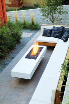 Feuerstelle Garten Weiß Sitzbank Pflanzen Gartenideen