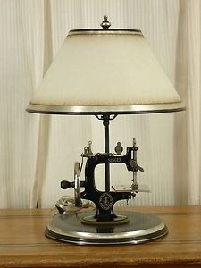 Vintage Sewing Machine Lamp (via This Board is BLANK - Cant Set a Board Picture:. - Vintage Sewing Machine Lamp (via This Board is BLANK – Cant Set a Board Picture: ( / sewing machi - Treadle Sewing Machines, Antique Sewing Machines, Vintage Sewing Patterns, Arte Bar, Lampe Metal, Diy Recycling, Upcycle, Shabby Chic Stil, Deco Luminaire