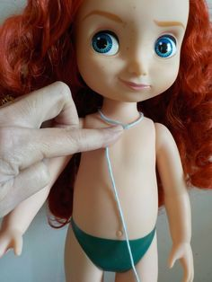 Comment calculer les mailles pour créer un chandail à manches raglan pour toutes les tailles. Disney Toddler Dolls, Disney Dolls, Ag Dolls, Barbie Dolls, Crochet Cardigan, Knit Crochet, Disney Animators Collection Dolls, Tricot Baby, Disney Animator Doll