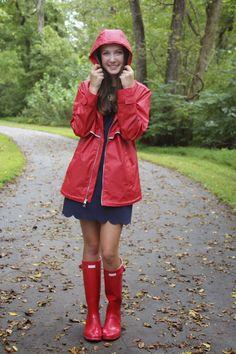Adrette Outfits, Preppy Outfits, Spring Outfits, Black Rain Jacket, Rain Jacket Women, Raincoats For Women, Jackets For Women, Bootfahren Outfit, Red Hunter Boots