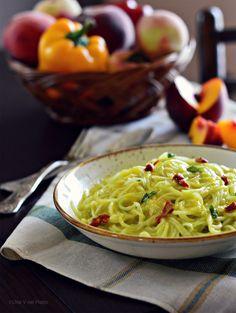 Spaghetti di cetrioli con salsa al peperone e pesca - Una V nel piatto - Ricette Vegane e Mondo Vegan
