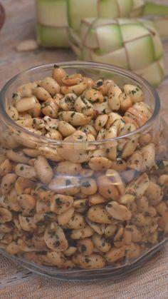 Kacang Tujin adalah cemilan khas Sumatera Barat, Indonesia. Kacang berbumbu ini memiliki rasa gurih asin. Sepintas hampir sama dengan kacang bawang pada umumnya namun yang membedakan adalah aroma seledrinya yang menawan. Smoothie Recipes, Snack Recipes, Cooking Recipes, Malay Food, Malaysian Food, Savory Snacks, Asian Cooking, Diy Food, Asian Recipes